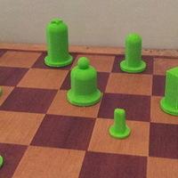 Tizenkét éves kisfiú nyomtatott sakkfigurái