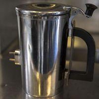 Kávéscsésze-fogantyúkat nyomtat az Amerikai Légierő