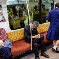 Nyilvánosan szundizni? Japánban az a szorgalmat tanúsítja.