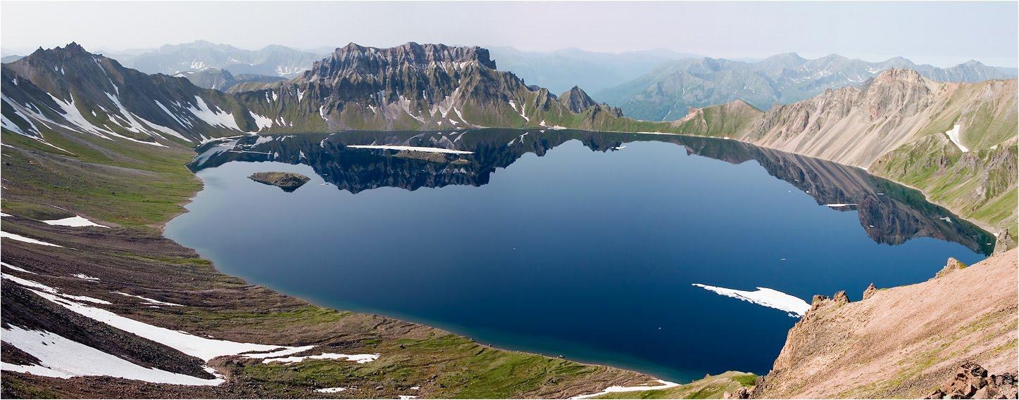 Itt sok a vulkán, működő és kihalt mint ez a képen, ami ma egy tó.