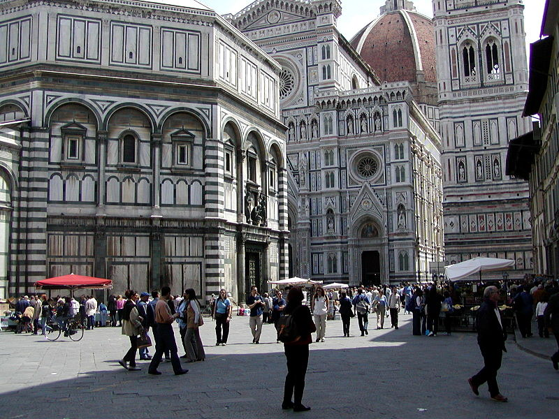 Firenze Dom, szenben, keresztelőkápolna balra, harangtorony jobbra.