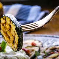 Egy fenséges vegán grill fogás: zöldfűszeres grillezett hagyma és cukkini!