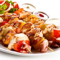 Különlegesség a grillen: fehérboros hagymás-paradicsomos saslik