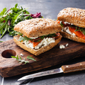 Egy szuper halas uzsonna: tormás-túrós lazac szendvics
