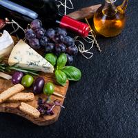 Ötletes vendégváró: fűszeres sajtfalatokkal tűzdelt kiflikarikák  spenótágyon