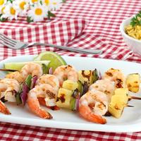 Egy igazi grillkülönlegesség: ananász és garnéla a nyárson
