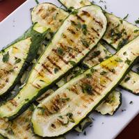 Grillezett mozzarellás cukkini - egy remek grillzöldség!