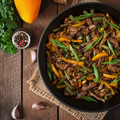 Zöldséges marha stir fry, wokban