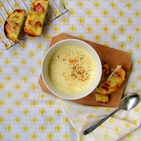 Enyhén csípős kukorica krémleves sajtos-baconos pirítóssal