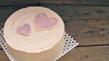 Pasztell világú tejszínes főzött eperkrémes születésnapi torta