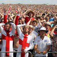 Szomorú drukkereknek öltözve csempésznek embereket Angliába :(
