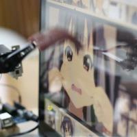 Ez a japán csávó épített egy robotot, hogy nyalogassa a kedvenc anime karaktereit