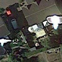 Egy férfi azt állítja, a Google Earth megörökítette, amint egy űrlénnyel verekszik a kertben