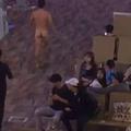 Ezért ne adagold túl a Viagrát: meztelenül rohangált és szarral dobálta az embereket egy férfi egy repülőtéren