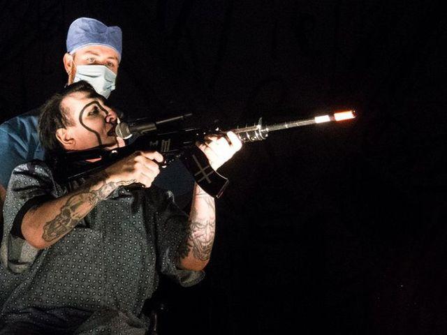 Fegyverrel sokkolt a mészárlás után Manson