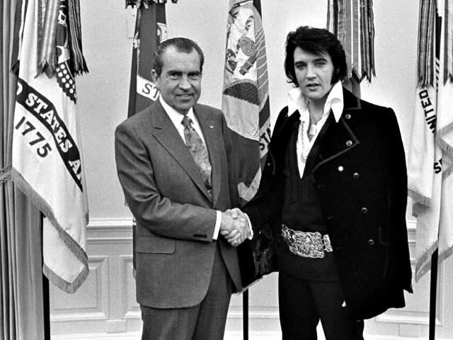 Elvis Presley kitüntetést kap Donald Trumptól