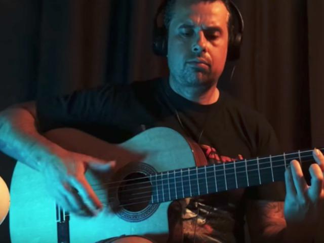 Őrülten jól nyomja a flamenco gitáros a Judas Priest klasszikusát