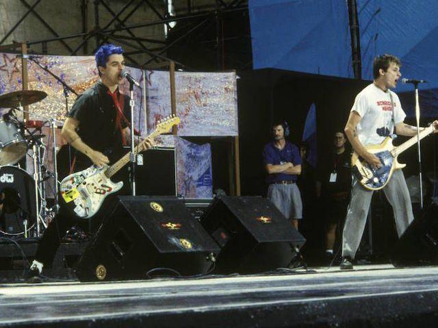 Eladja a hangszereit a Green Day
