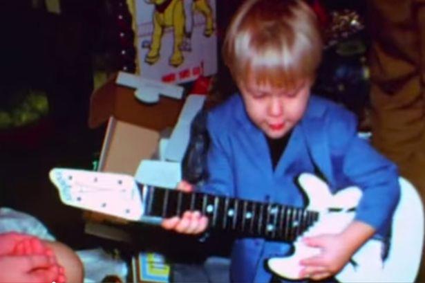 Egy fotó a Montage of Heck című dokumentumfilmből: Kurt Cobain már kisfiúként is gitárt forgatott a kezében.