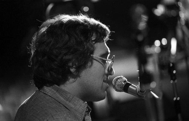 Máté Péter, a II. díj nyertese énekel a Metronóm '77 könnyűzenei verseny gálaestjén a Nemzeti Színházban<br />
