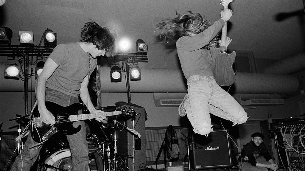 Egy egyetemi buli 1989-ben. Ebben az esztendőben jelenik meg első nagylemezük, a Bleach.