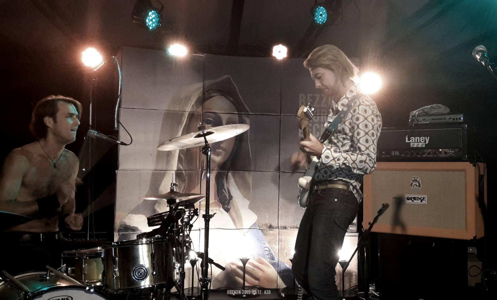 Beck Zoli és László<br />A zenében is erős a kötelék közöttük. Míg Zoli az énekes-gitárosa, László a dobosa a 30Y-nak. Mi több, van egy saját zenekaruk is Bezzeg a kurva Beckek néven.