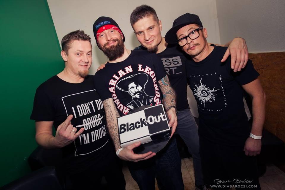 Csányi Zoli és Szabi <br />A két zseni a Black-Out által vált országosan ismertté. Mióta parkolópályán van a zenekar, Zoli (jobb szélen) leginkább a Roy és Ádám Trióban dobol, meg van egy Linkin Park tribute zenekara, Szabi (bal szélen) pedig egy Foo Fighters tribute bandában gitározik.