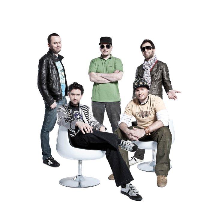 Fehér Zsombor és Viktor<br />Mindketten a Kerekes Band tagjai, Zsombor (balra lent) furulyázik és énekel, Viktor (jobbra fent) dobol. Ők is különlegesen tehetséges testvérek.