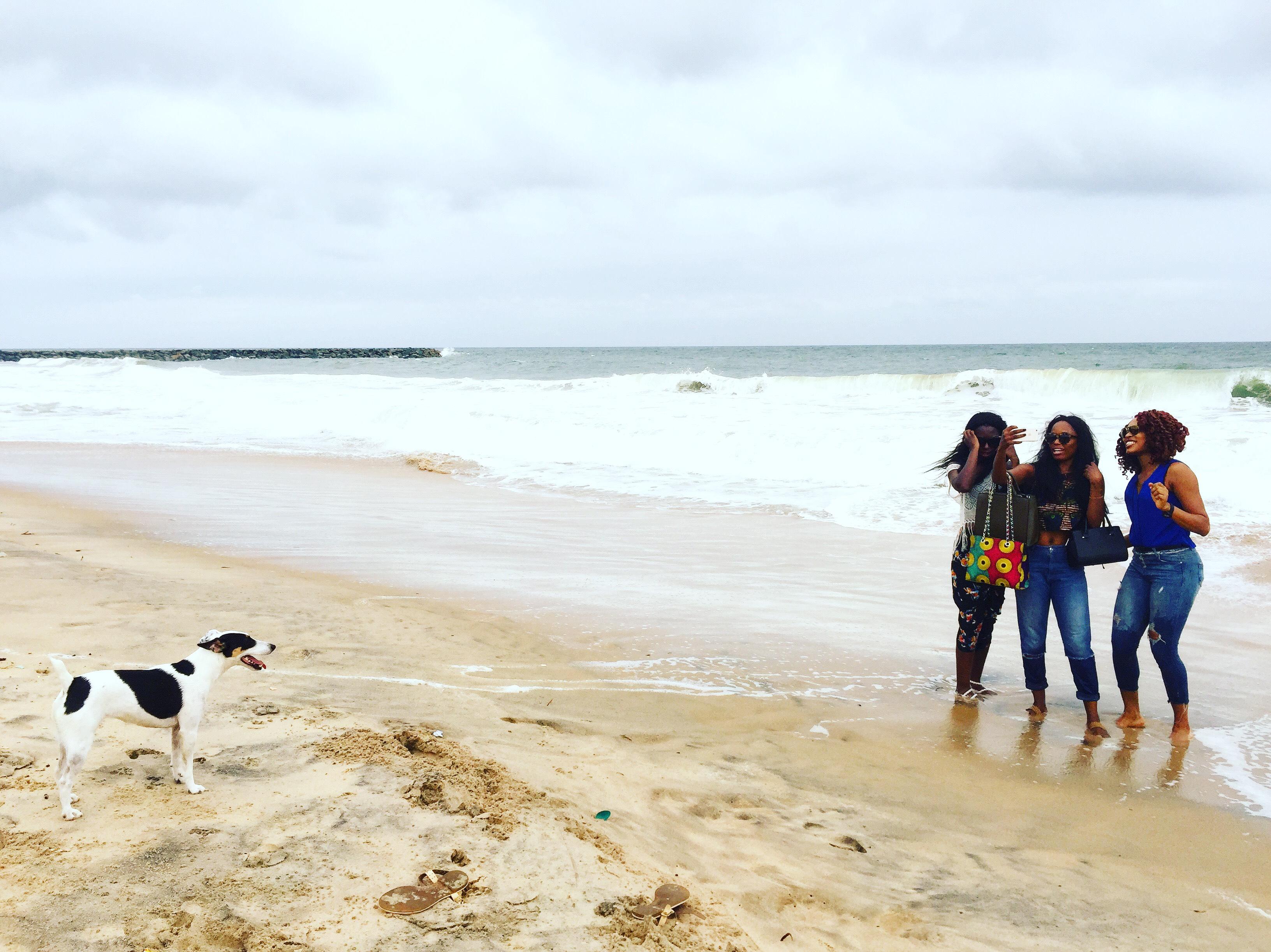 Lagosban az óceán parton világutazó kutyájukkal, Bubbával<br />