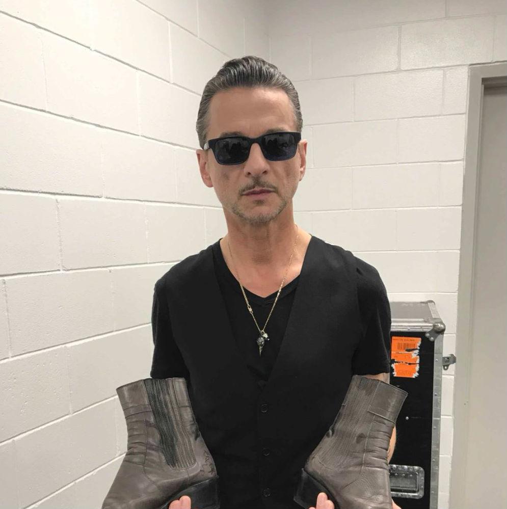 Dave Gahan a Depeche Mode énekese is beszállt.