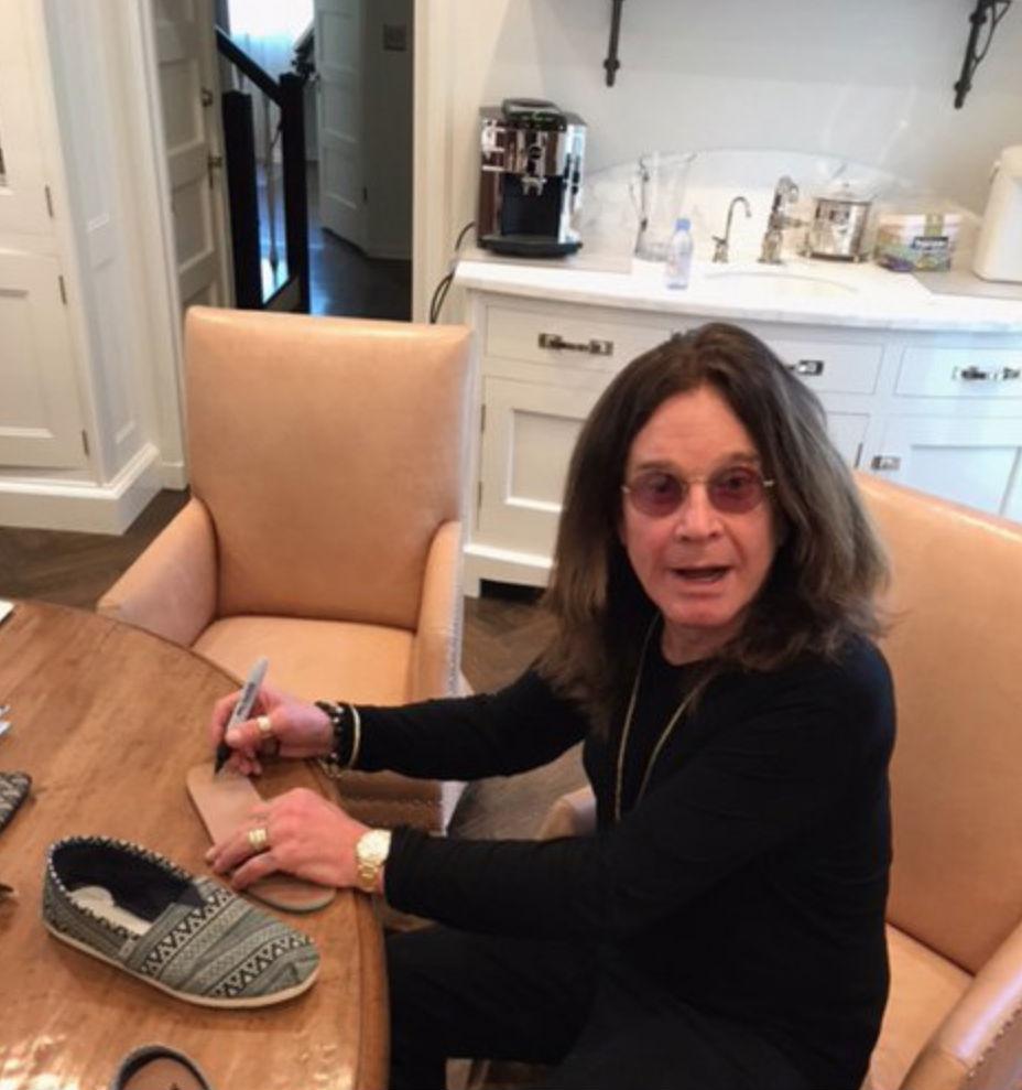 Ozzy Osbourne is küldött egy pár cipőt az alapítványnak.