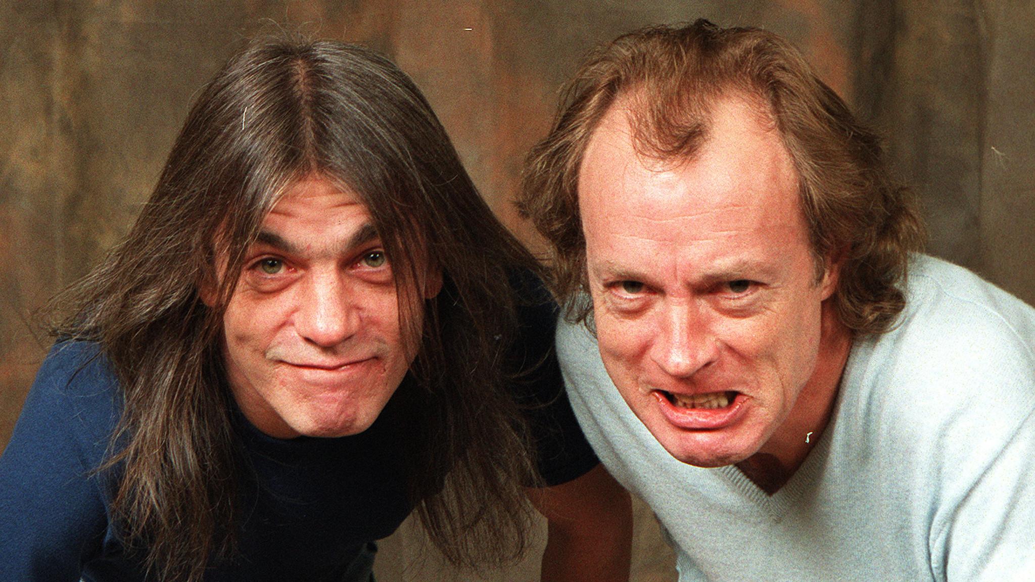 Malcolm és Angus Young: Az AC/DC most éppen Axl Rose énekessel ért a csúcsra, de ez az a zenekar, amely tulajdonképpen mindig is töretlen sikereket tudhatott magáénak. Ki ne tudná: Angus a jellegzetes mozgású gitáros, Malcolm a ritmusgitárt pengette, 2014-ben demenciás betegsége miatt visszavonult.