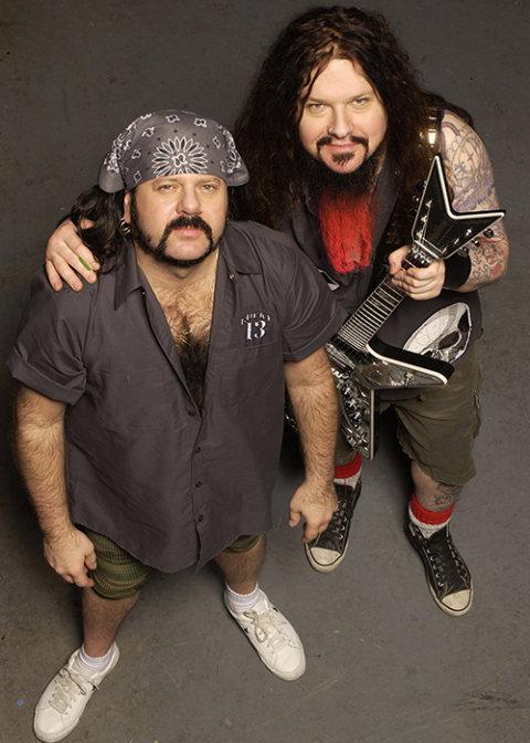 Vinnie és Dimebag Darrell Abbott: A Pantera alapítói az Abbott-testvérek, szomorú tény, hogy kettőjük közül már csak Vinnie van az élők sorában, Dimebaget egy elborult rajongó ölte meg. Vinnie dobosként, Dime gitárosként szerepelt a Panterában.