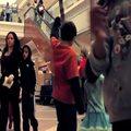 Táncoló lány a bevásárlóközpontban - videó