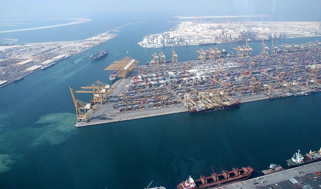 A számtalan luxuscikk, építőanyag és felszerelés többsége a város kikötőjén keresztül érkezik meg.