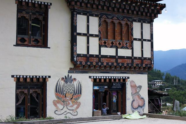 20121220-bhutan-a-lakohazak-falait-hatalmas.jpg