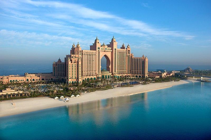 A Burdzs al-Arabon kívül is akad még luxusszálloda Dubajban: Atlantis Hotel az egyik Pálma-szigeten.