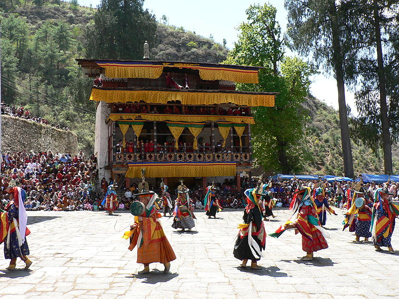 800px-dance_of_the_black_hats_with_drums_paro_tsechu_4.jpg