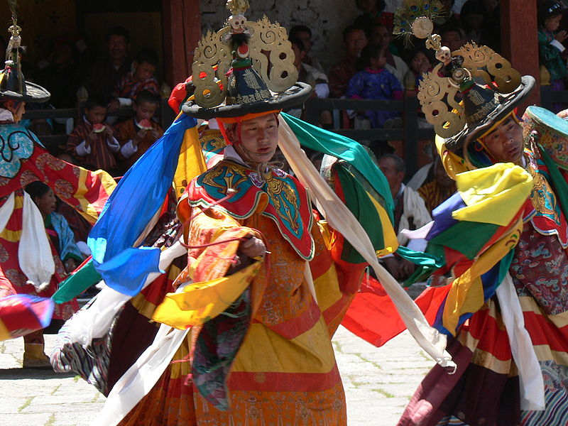 800px-dance_of_the_black_hats_with_drums_paro_tsechu_5.jpg
