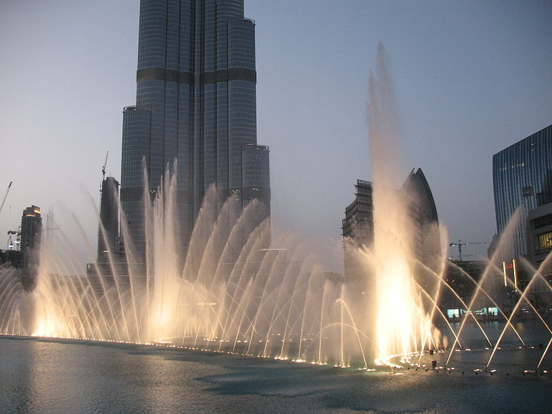 A Dubaj Pláza külső szökőkútja - bár sivatagos területen fekszik és ebből adódóan (a józan ész szerint) csínján kellene bánni a vízzel - láthatóan nem a szökőkutakon spórolnak.