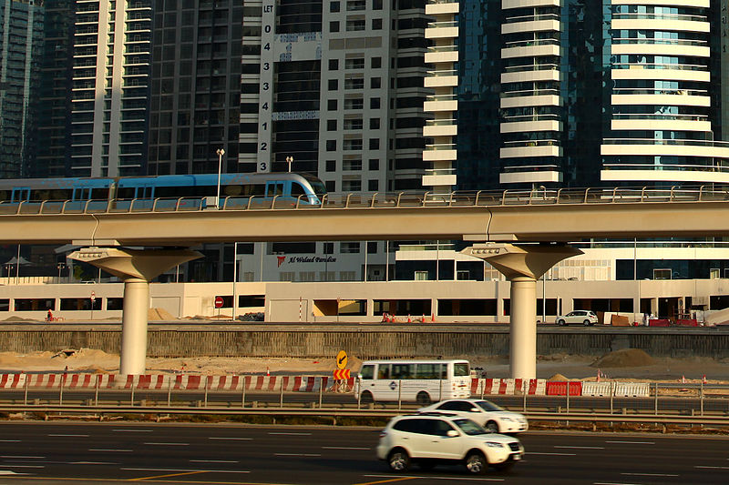A városi metróvonal egy szerelvénye. A Pálmafa-sziget egysínű vasútjához hasonlóan az egyébként japán gyártmányú metrószerelvények is vezető nélkül közlekednek.