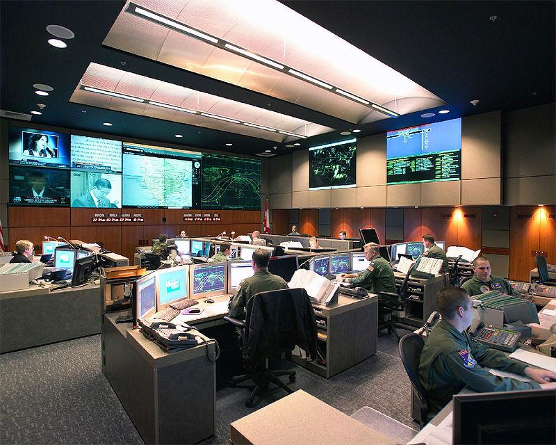 Normál hétköznapokon a NORAD központjában az Észak-Amerika feletti légteret ellenőrzik...