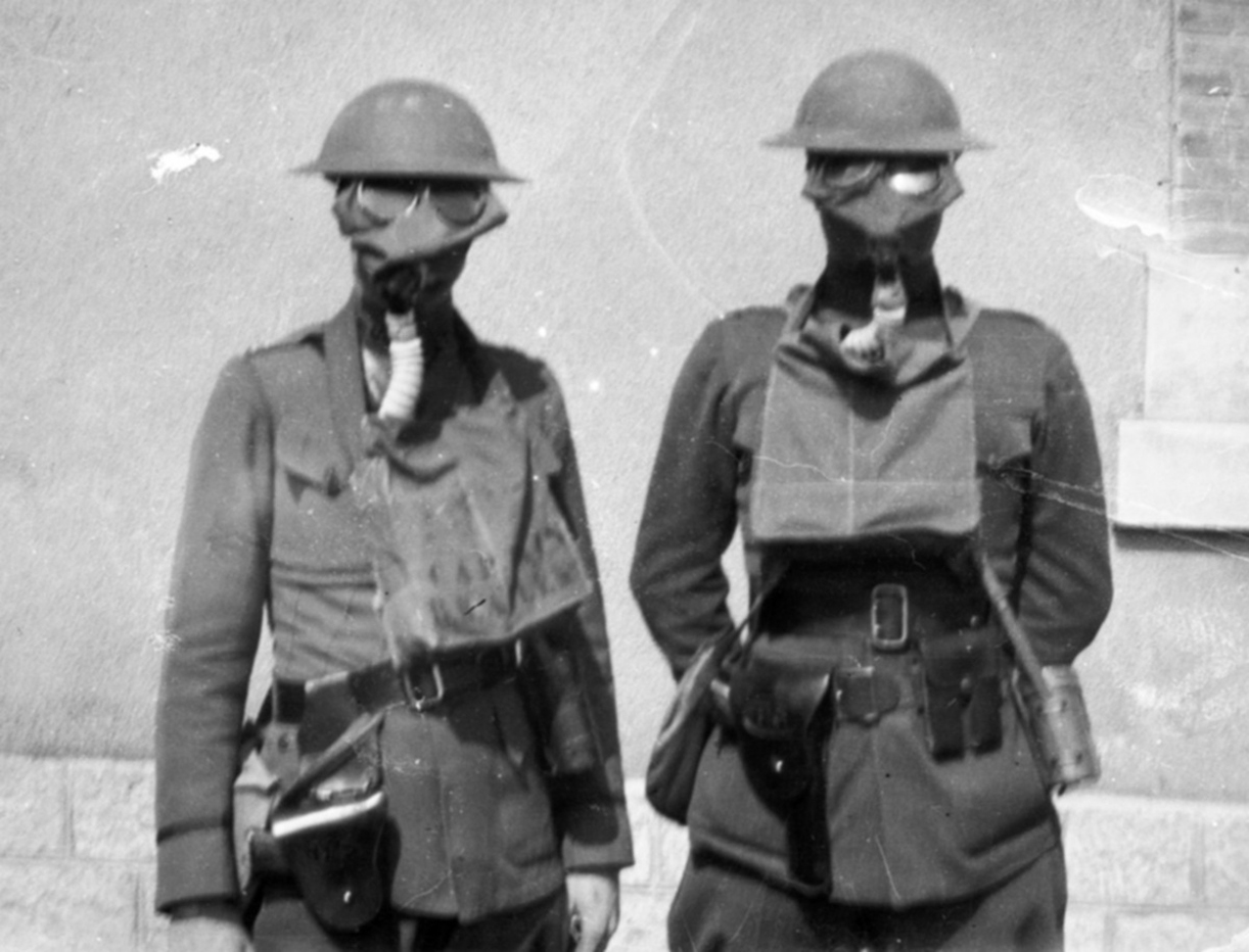 british-troops-wwi-with-gas-masks-small-box-respirator.jpg
