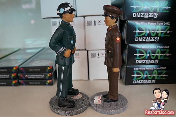 A szembenállás a játékfigurák világában sem maradhat el. Van egy olyan érzésünk, hogy a mini katonák dobozán a 'Made in China' felirat díszeleg...