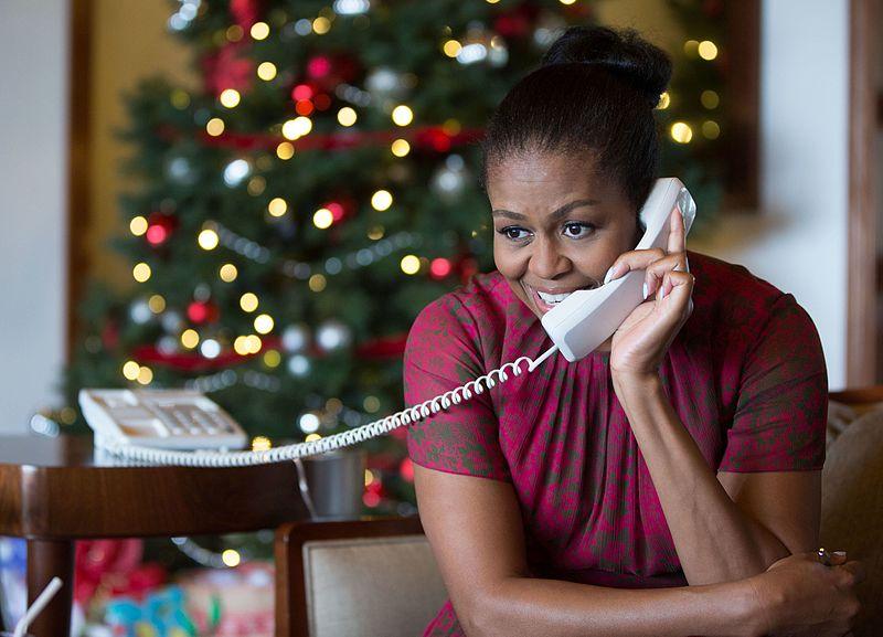Michelle Obama, korábbi amerikai first lady, a NORAD önkénteseként.