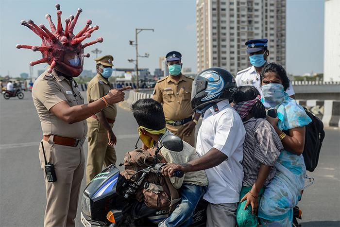 indian-policeman-wears-coronavirus-helmet-warn-people-stay-home-3-5e81b513d6021_700.jpg