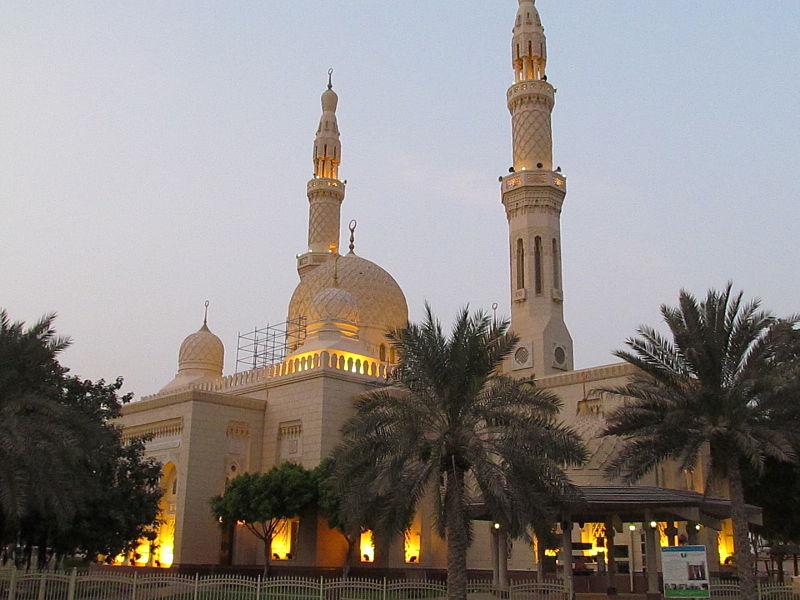 Habár Dubaj népességének csak kis része helyi állampolgár, a vendégmunkások többsége is muszlim vallású, akik a számtalan mecsetben tudnak imádkozni.