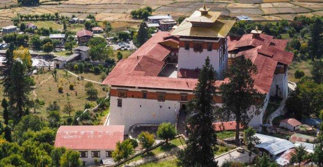 Az ilyen és ehhez hasonló erődszerű kolostorokkal tele van az ország.