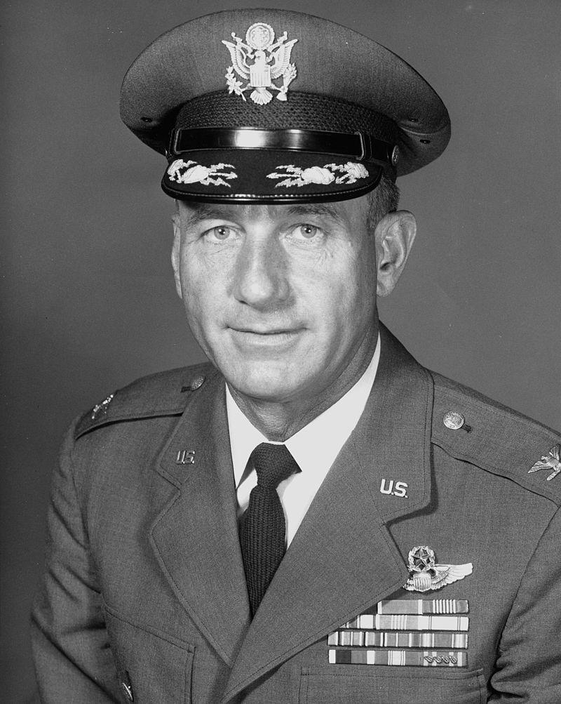 Harry Shoup, az amerikai légierő ezredese, aki 1955 decemberében az első telefonhívást fogadta - s megteremtette a hagyományt...