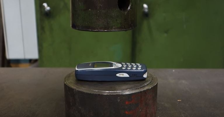 hydraulic-press-vs-classic-nokia-3310.jpg